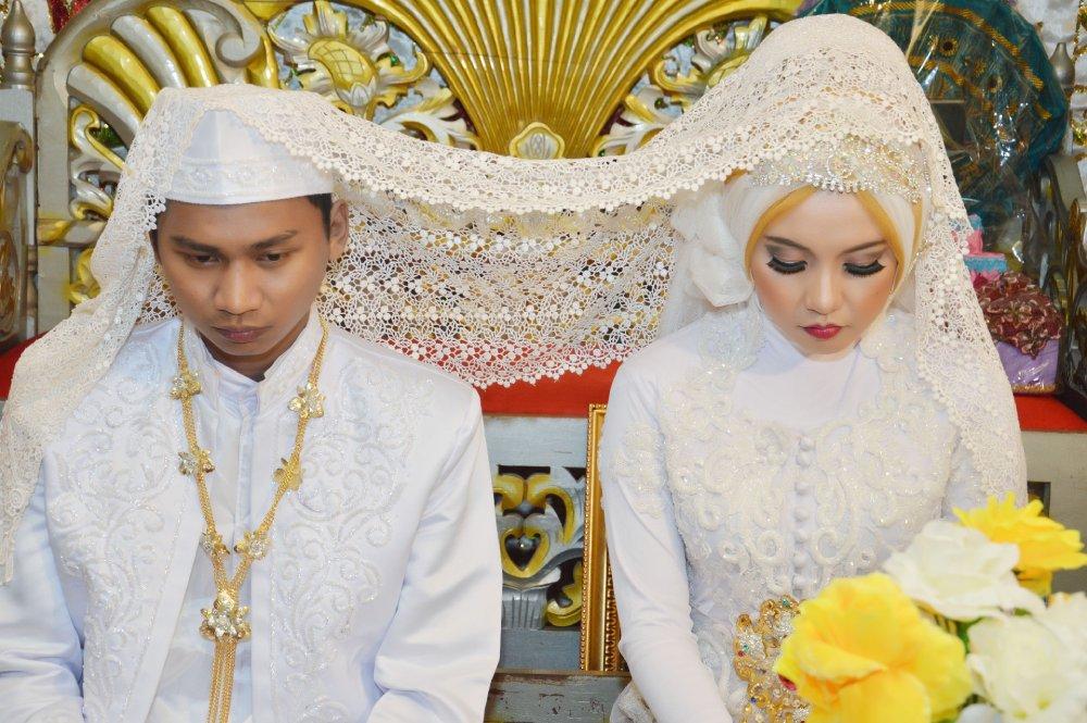 印尼近年流行「未見即婚」,部分年輕人不約會即閃婚。社會上有人贊成有人反對,年輕人想的是甚麼?怎樣走下去?