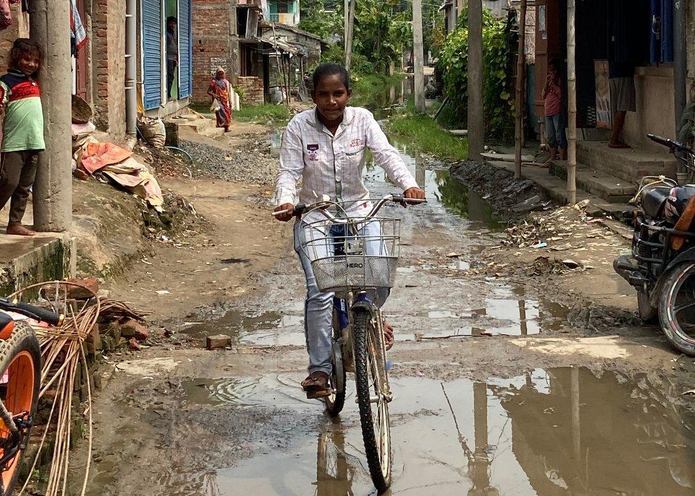 印度低種性「單車少女」不遠千里護送受傷父親回家,引起國內外很多人關注,她的家鄉和她的生活從此有甚麼改變?