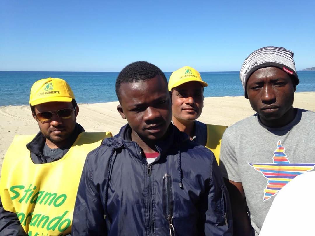 villaggio-le-palme-ascea-marina-nel-cilento-gli-immigrati-ripuliscono-le-spiagge-003