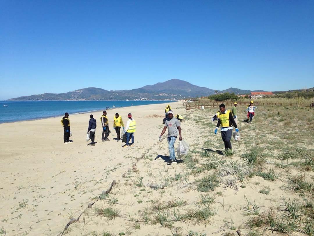 villaggio-le-palme-ascea-marina-nel-cilento-gli-immigrati-ripuliscono-le-spiagge-005