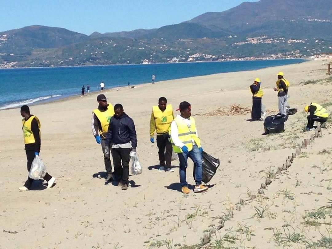 villaggio-le-palme-ascea-marina-nel-cilento-gli-immigrati-ripuliscono-le-spiagge-006