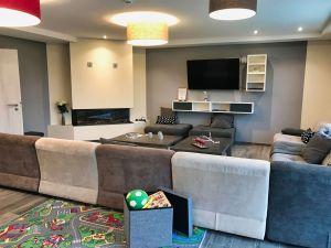 Wohnzimmer mit Gasofen und Fernsehecke