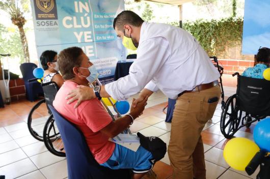 municipalidad-villanueva-guatemala-entrega-silla-ruedas-1