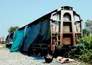 Villa Spada: sgomberati i vagoni
