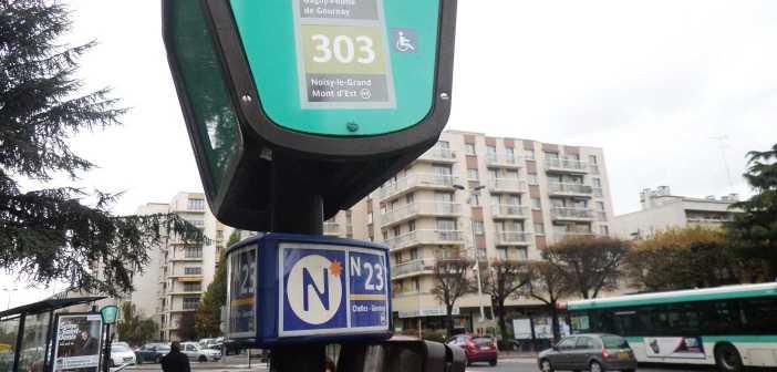 """Photographie représentant un arrêt de bus avec le panonceau """"Noctilien""""."""