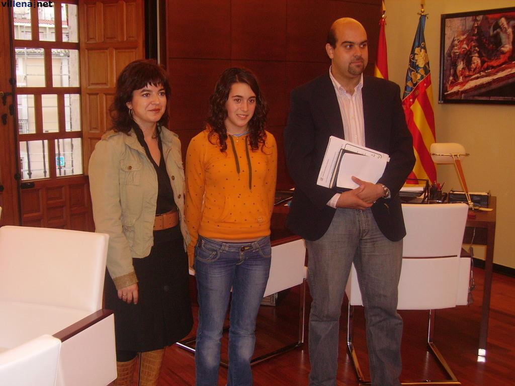 Carolina con la alcaldesa de Villena y el concejal de deportes.