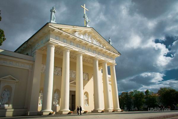 Katedra_pagr_fasadas2