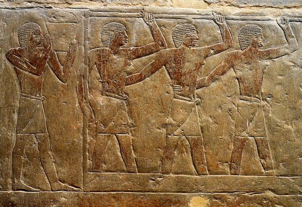 Le foulage du raisin (mastaba de Mérérouka. VIe dynastie. Saqqara). Les hommes se tiennent à une poutre horizontale et piétinent au rythme des claquoirs.