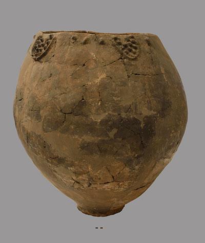 Jarre du début du Néolithique, datant de Khramis Didi-Gora, entre 6000 et 5 000 av. J.-C. Ce spécimen mesure près d'un mètre de haut et un mètre de large, avec un volume de plus de 300 litres.