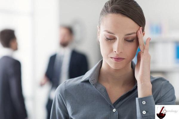 Maux de tête dus au vin rouge, la cause, la solution, la prévention et le traitement