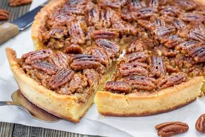 La tarte aux noix de pécan et le vin se marient avec le gamay rouge