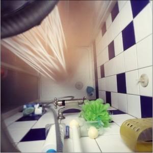 Débouchez facilement votre douche avec du vinaigre et du bicarbonate de soude