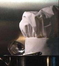 La toque d'un cuisinier posée sur une marmite