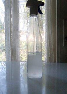 Du vinaigre, de l'eau et de l'huile essentielle pour faire un produit écologique pour ses toilettes