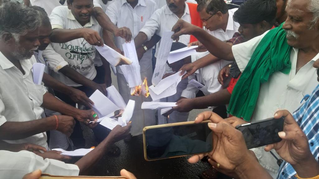 தஞ்சை மக்கள் அதிகாரம் : வேளாண் சட்ட நகல் எரிப்புப் போராட்டம் !