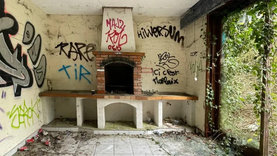 sketchbook-watercolor abandoned houses à doel, belgique, belgium photo inside house