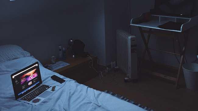 1584028975369-black-laptop-on-bed-3568792