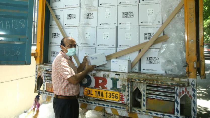 Image-2-Dr-Deepak-Ohri-CMO-Noida-receiving-the-LDS-syringes.