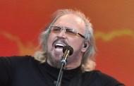 Barry Gibb en plena forma, ofrece un vibrante concierto en Glastonbury