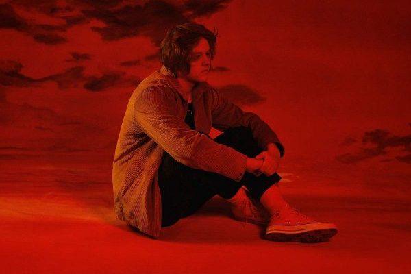 Lewis Capaldi recupera el #1 en UK en álbumes con 'Divinely Uninspired To a Hellish Extent'