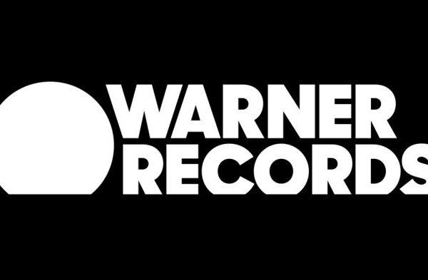 Warner Bros. Records pasa a ser Warner Records. El sello creado en 1958, cambia de logo y se traslada al downtown de LA