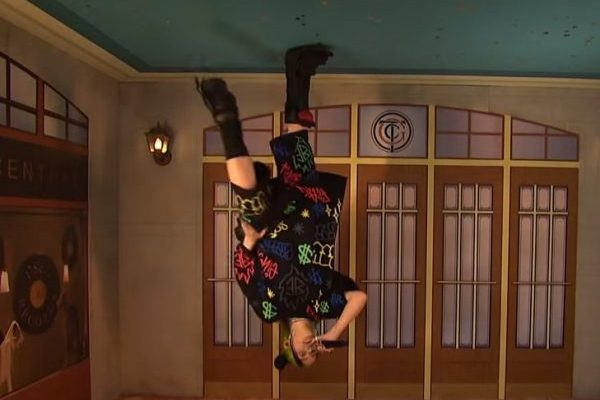 Billie Eilish actúa en el SNL subiéndose por las paredes en 'Bad Guy' y más relajada en 'I Love You'
