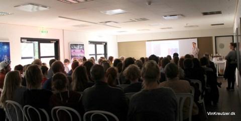 Et fyldt lokale, med 100 mennesker