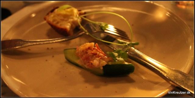 Agurk med rygeostcreme krabbekød og krymmel