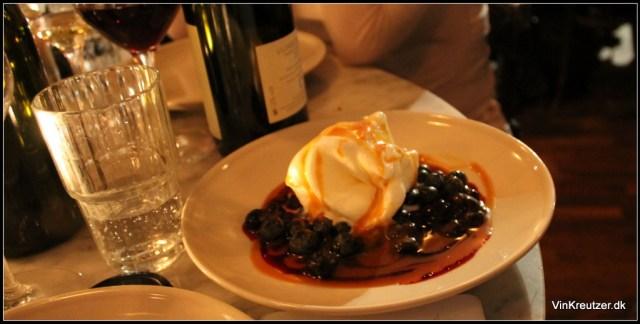 Yoghurtis med blåbær og whiskysauce