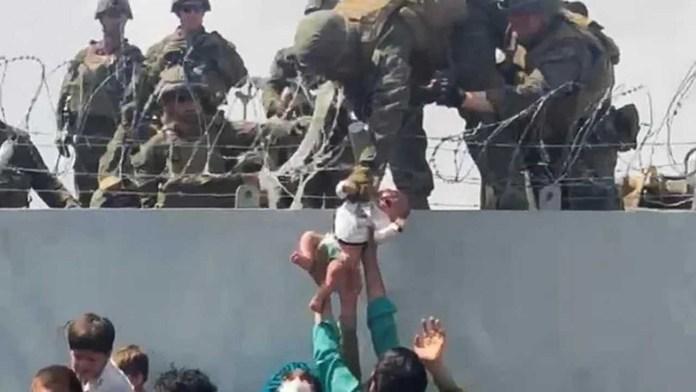 অবশেষে উদ্ধার করা আফগান শিশুকে বাবার কোলে তুলে দিলো মার্কিন সেনারা