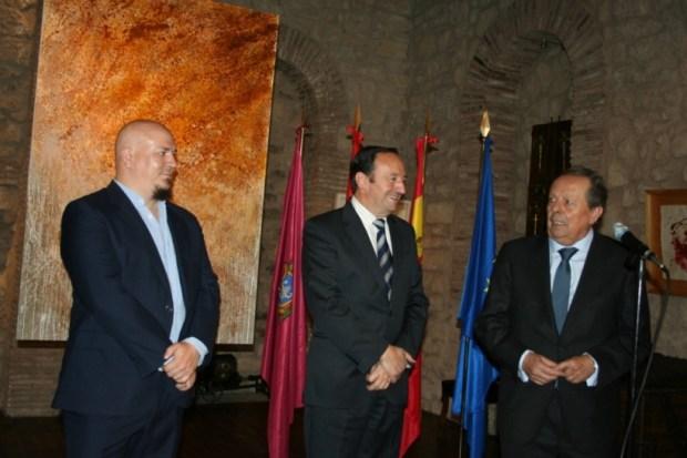 Inauguración de la exposición. De i. a d.: Pablo Noguera, pintor, Pedro Sanz, presidente del Gobierno de La Rioja, y Luis Zapatero, presidente de Bodegas Riojanas.