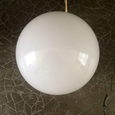 Ancien luminaire globe opaline