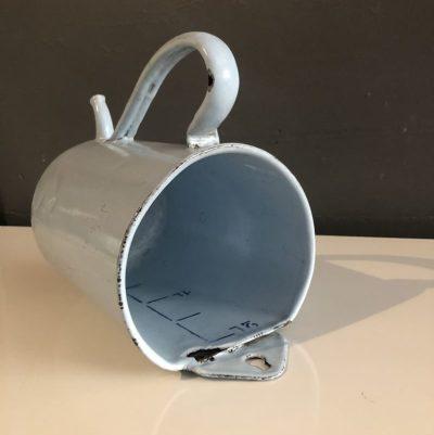 bock de lavement vintage en tôle émaillée