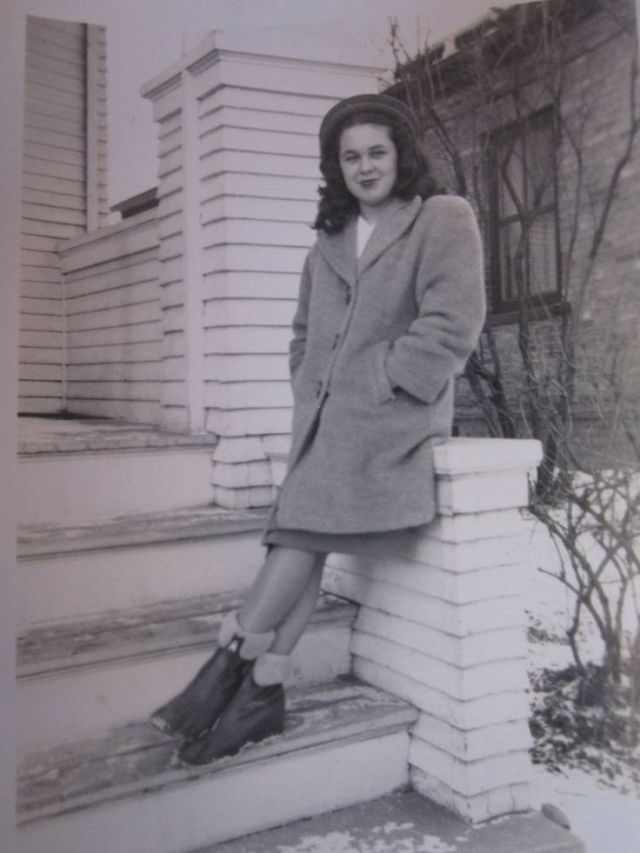 1940s womans winter fashion style