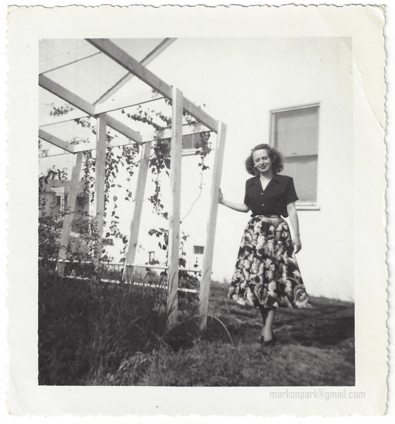 1940s-woman-in-vintage-image-with-vintage-patterned-skirt