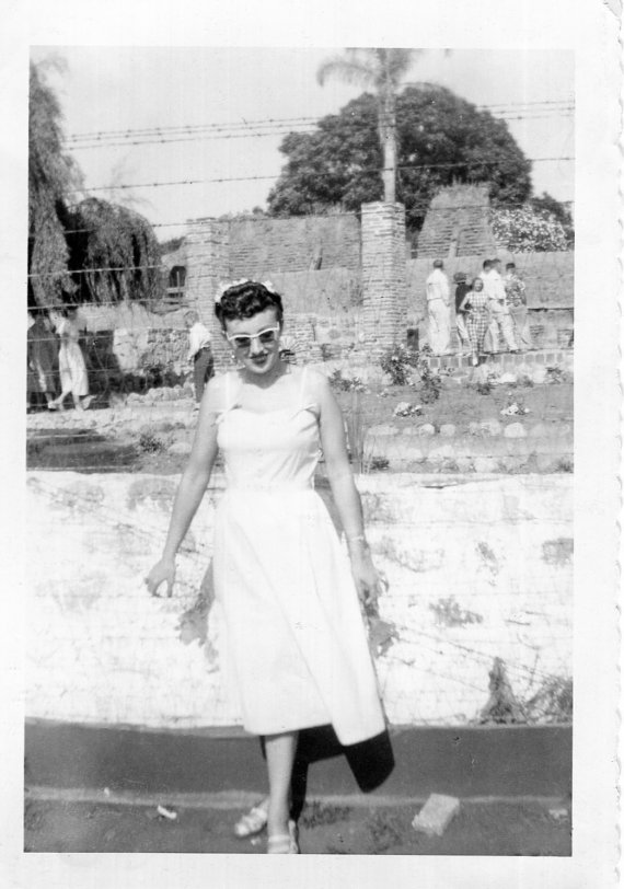 1950s-woman-in-a-vintage-photo-in-mexico