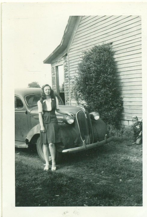 1940s-girl-with-vintage-car-in-black-and-white-photo
