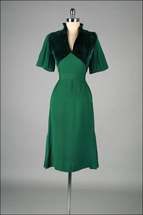 Vintage 1940s Dress . Emerald Green . Pleated Sleeves