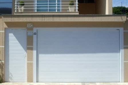 Portão branco em serralharia.