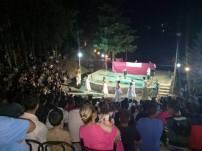 Un énorme public assistant à la première soirée du théâtre de verdure Bouteghwa
