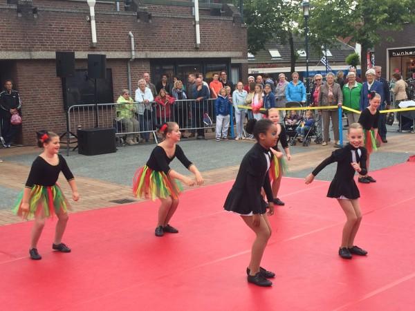 ShowKidz tijdens het Straattheaterfestival op het Raadhuisplein.