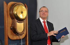 Kulcsár Tibor a tőzsdei bevezetés ünnepélyes pillanatában