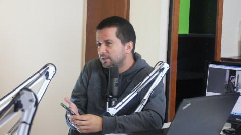 Szalay Dániel újságíró okostelefonján mutatja be a digitális rádiózás applikációt (fotó: Nemes Ilona)
