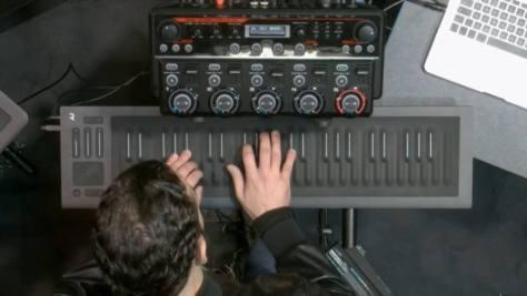 Marco Parisi a Little Wings c. 1967-es Jimi Hendrix dalt játssza a ROLI kontrolerrel. Forrás: ROLI/YouTube