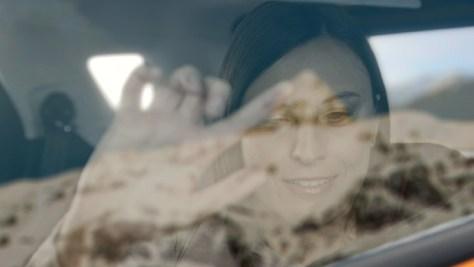 A vak hölgy kitapogatja a hegylánc alakját az autó ablakában (forrás: Ford)