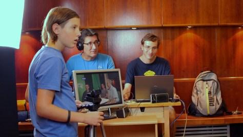 A PosztmodeM technikai csapata: Pintér Soma, Asszony Zsolt és Gál Marcell – a képernyőn pedig az asztaltársaság. Fotó: Nemes Ilona