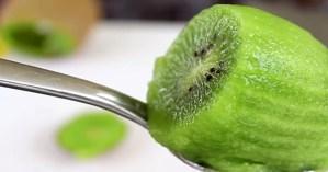 2個完美地切奇異果的方法,原來你一直都切錯了!#2更適用於芒果、酪梨等其他生果!(影片教學)