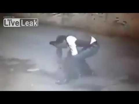 VIDEO: Indvandrer overfalder kvinde bagfra!
