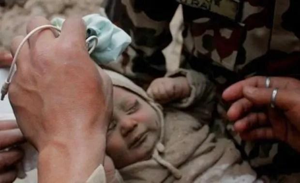 bebe-rescatado-nepal6