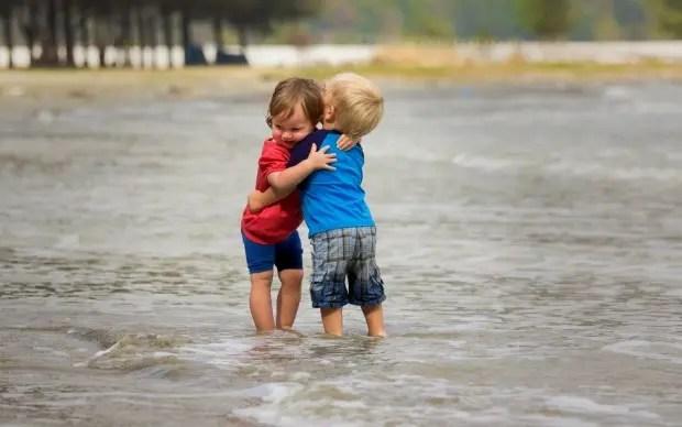 Niños-abrazados